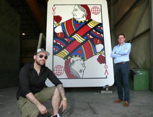 Künstler baut (VB)Beton-Kartenhaus